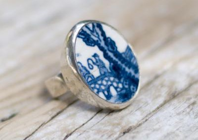 Recycled china set in sterling silver rings - Blue/white, Willow pattern